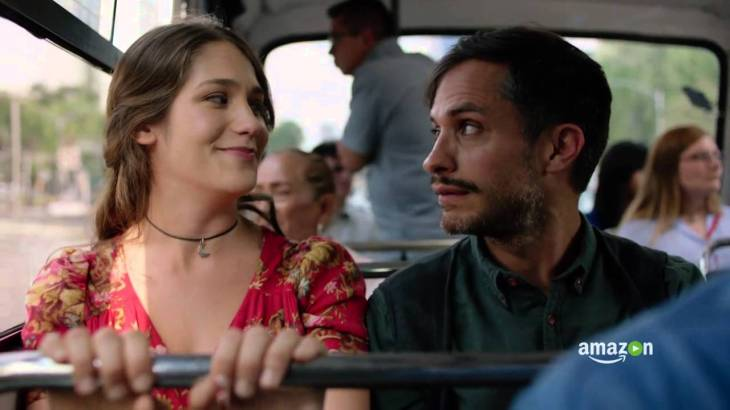 Highligh (Lola Kirke) and Rodrigo de Souza (Gael Garcia Bernal) take a bus around Mexico because they are totally not meant to be.